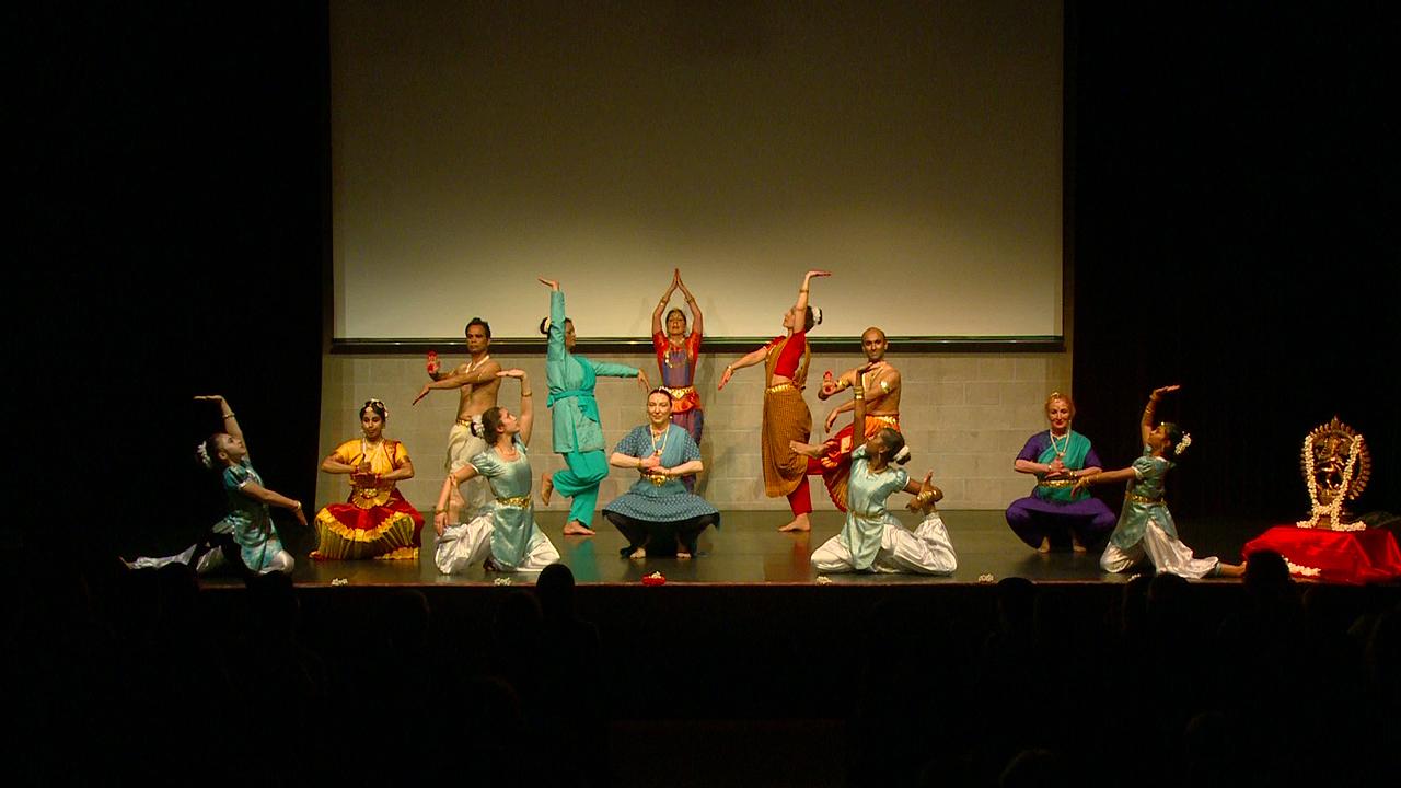 """Zu Gast beim """"LänderFestival Indien"""", der VHS Stuttgart. 23. 4. 2015, es tanzen die Schülerinnen und Schüler der Tanzschule LOTUS"""