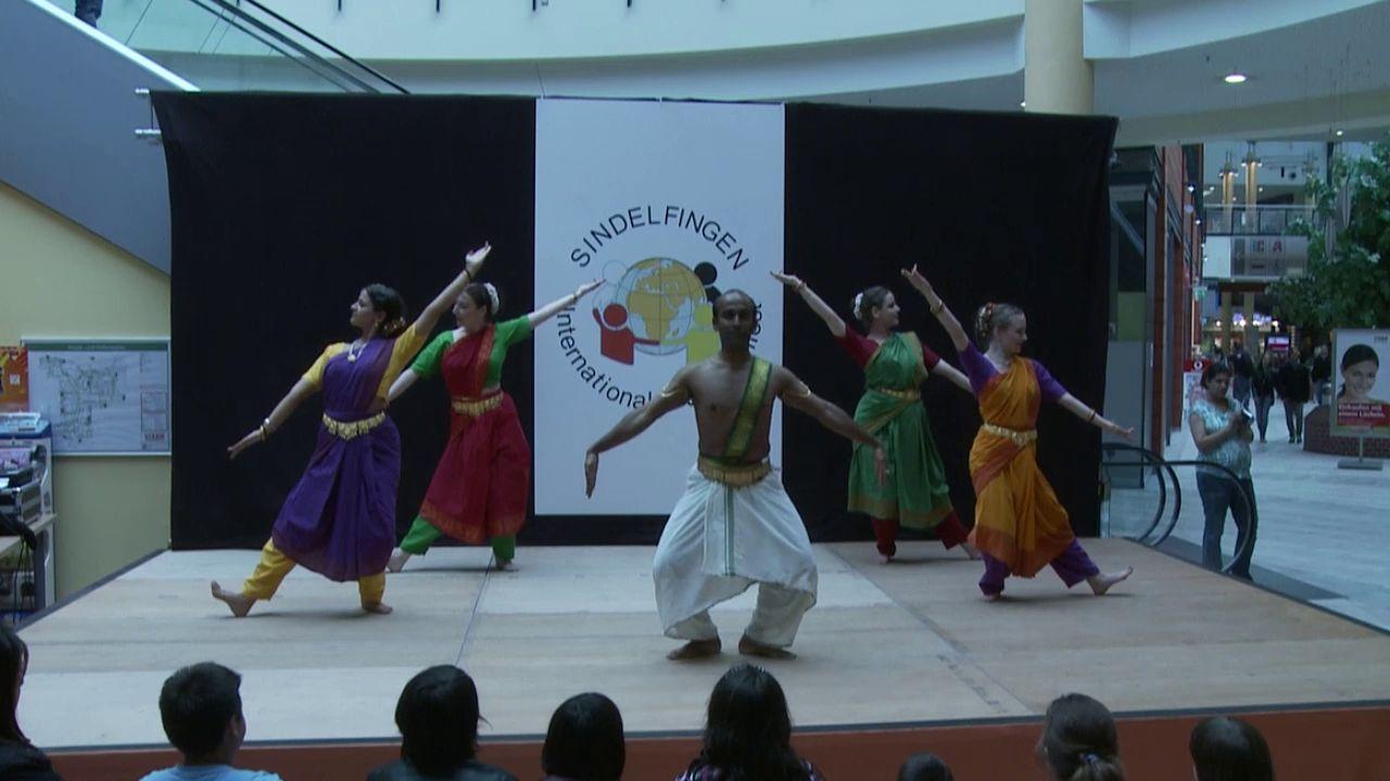 Zu Gast beim Internationalen Kulturfestival Sindelfingen 2010: Es tanzen die Schüler und Schülerinnen der Tanzschule LOTUS im Rahmen des Stadtfestes
